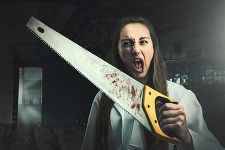 Naista jolla on kuukautiset voi verrata kauhuelokuvien hirviöön | Kuva: © Nomadsoul1 | Dreamstime.com - Scary Portrait Of An Angry Woman With A Saw Photo